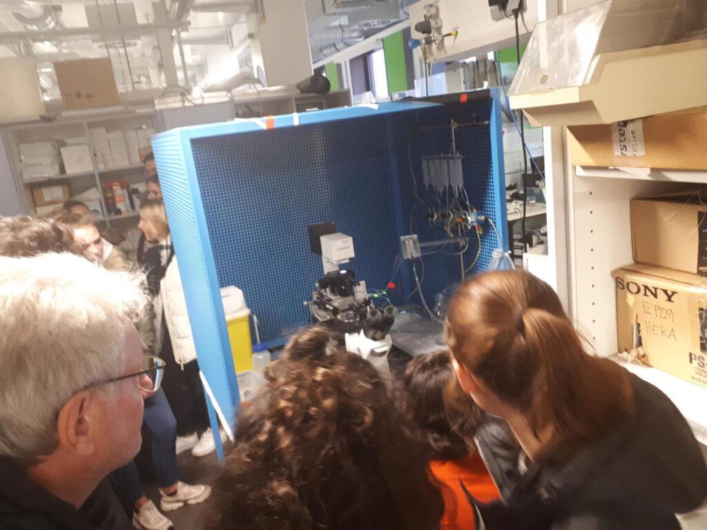 A lab tour (Laborbesichtigung) organized by the Einstein Center for Neurosciences in Berlin.