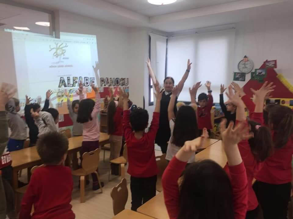 Kindergarten children demonstrating the structure of a neuron during a BAW activity organized by Eskisehir Osmangazi University (ESOGU) in Turkey.