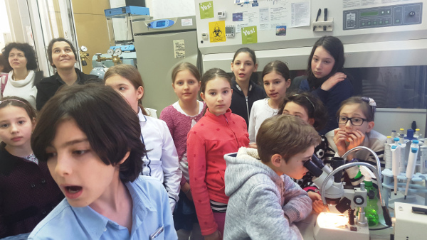 Students peer through microscopes and learn about the brain at an event organized by the National Neuroscience Society of Romania