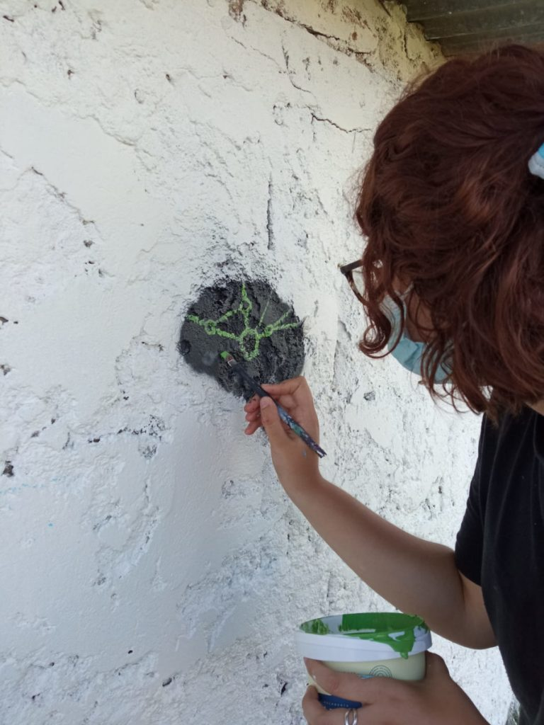 Painting the BAW logo at an event organized by the Sociedad de Neurociencias del Uruguay.